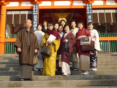 八坂神社前で記念撮影