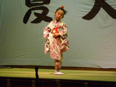小さいお嬢ちゃんが踊るとやっぱり会場が盛り上がります。