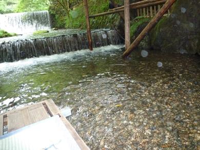 僕の座席の後は何もない。もたれたら僕は川の中へ。足の先だけ川に入れてみた。つめたっ!