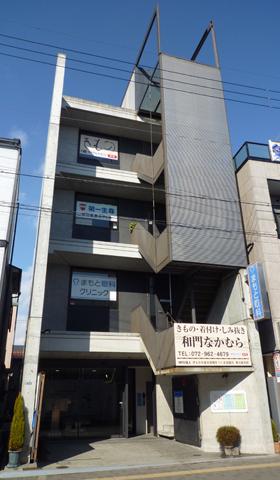 この4階建てコンクリート打ち放しのビルの1階です。